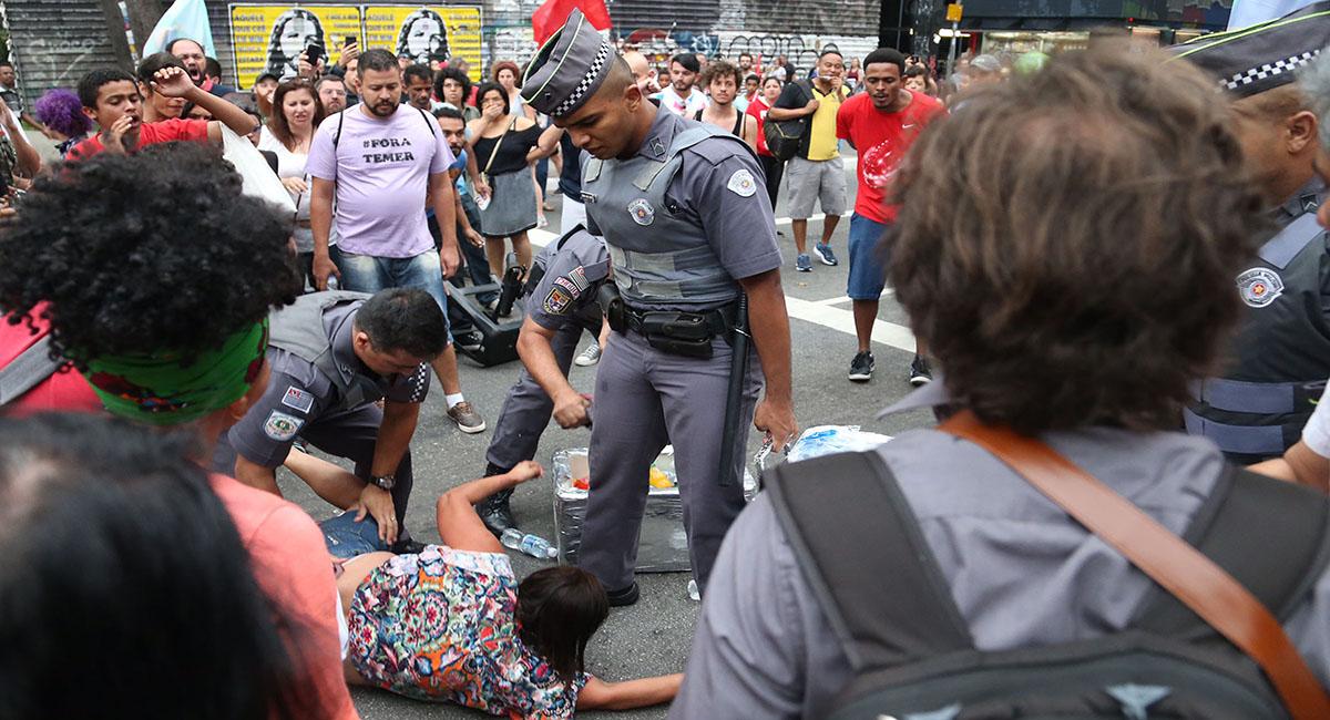 Sao Paulo- SP- Brasil- 18/09/2016- Manifestantes realizam ato contra o governo de Michel Temer. O ato começou com a concentração embaixo do vão livre do MASP. Na foto, manifestante é detida por Policiais Militares. Foto: Paulo Pinto/ Agência PT