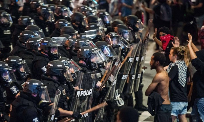 us-protests-break-out-in-charlotte-after-police-shooting-ghn2u1aeo-1