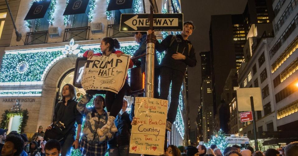 9nov2016-pessoas-foram-ate-a-5-avenida-em-nova-york-protestar-contra-trump-na-noite-desta-quarta-feira-9-1478763158460_956x500